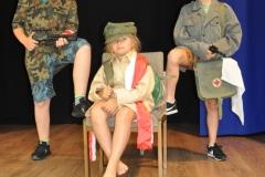 Dzieci pozujące w stylizacji wojennej