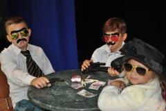 Dzieci pozujące w stylizacji gangsterskiej