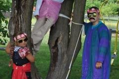 Dzieci pozujące w stylizacji hipisowskiej