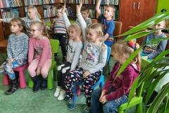 dzieci odpowiadające na pytania