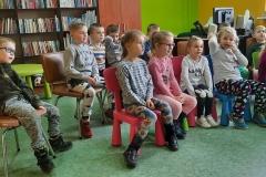 dzieci słuchające rymowanek