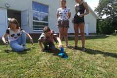 dzieci podczas eksperymentów