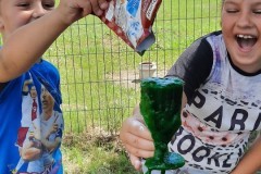 roześmiane dzieci podczas eksperymentów