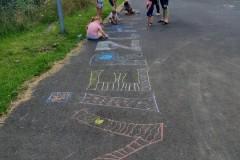 dzieci rysujące kredą